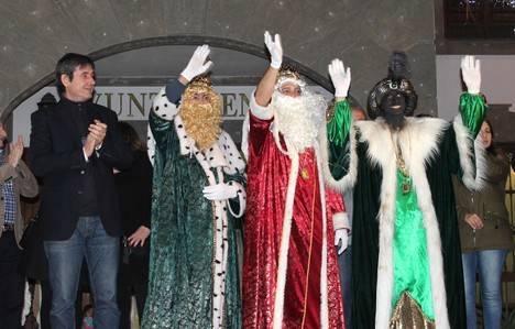 Miles de personas viven con intensidad la Cabalgata de los Reyes Magos de Oriente en Adra