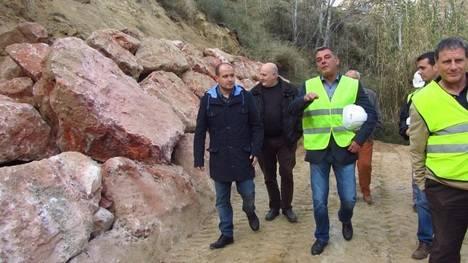 La Junta ejecuta obras de mejora en un camino forestal de Padules