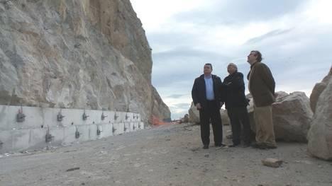 Sanz visita la carretera de El Ca�arete para conocer los trabajos de reparaci�n que se realizan en el talud