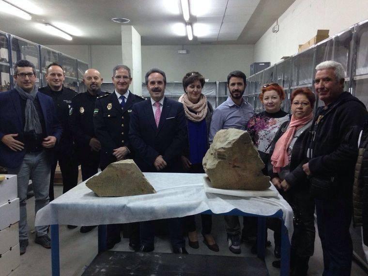 Dos bloques de piedra con pinturas rupestres encontrados en Aulago llegan al Museo de Almería