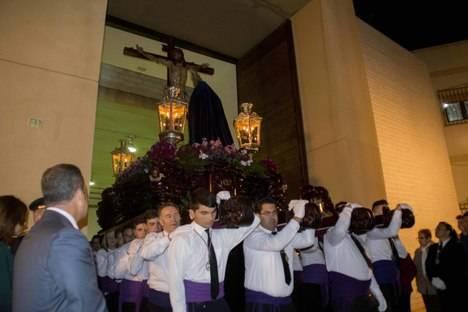 Cientos de fieles acompañan la Procesión del Cristo de la Misericordia