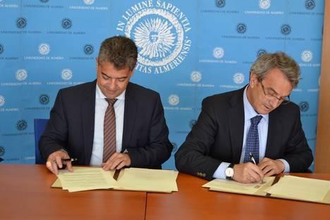 UAL y Caja Rural de Granada firman un convenio para la incorporación de alumnos en prácticas a la entidad financiera