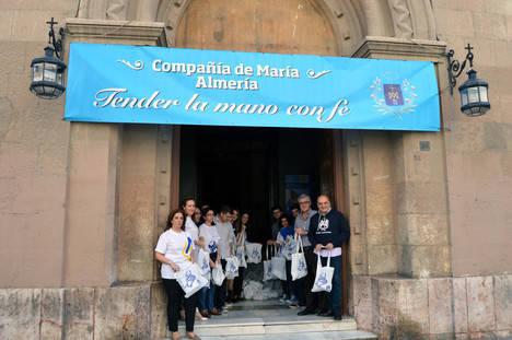 Alumnos de la Compañía de María reparten en la Cadena Humana 10.000 kilos de alimentos