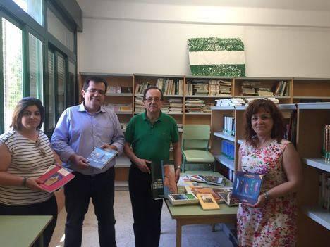 El IEA dona libros a la biblioteca del CEIP La Atalaya la Villa de Níjar