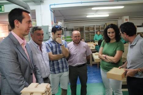 El centro Javier Peña hace entrega de varios lotes de mobiliario y elementos decorativos de cerámica
