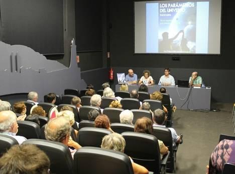 Paco Luna presentó su libro 'Los Parámetros del Universo' en el Centro de Interpretación de la Pesca de Adra