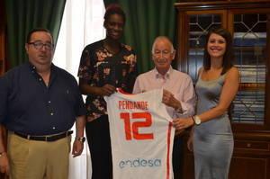 El presidente de la Diputaci�n recibe a la campeona en el Europeo sub 16 Lola Pendande