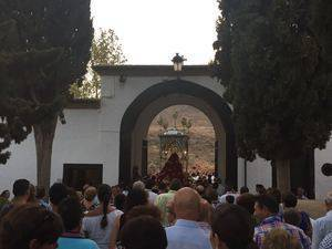 Una muchedumbre acompa�a a la Virgen de G�dor al cementerio de Berja