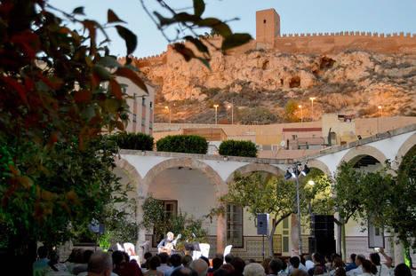 El Patio de Los Naranjos abre sus puertas para presentar el libro 'Cuando Almería era Almariyya' con un espectáculo musical