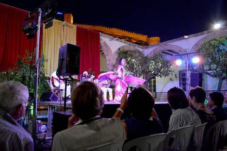 El Patio de los Naranjos se llena con la presentación de 'Cuando Almería era Almariyya'