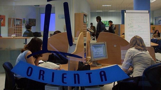 Andaluc a orienta dice que ha ayudado a que 1132 personas for Oficina empleo almeria