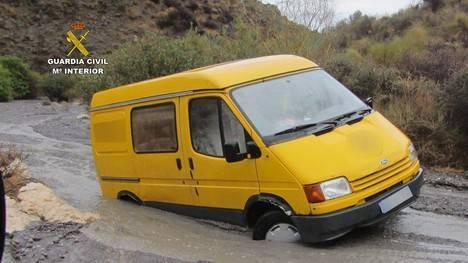La Guardia Civil auxilia a dos personas atrapadas por las lluvias en una rambla de Mojácar