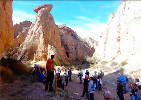 Los mayores del PMD hacen senderismo por Las Yeseras de Suflí en noviembre