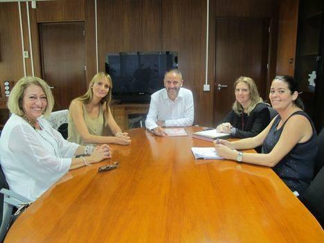 Delegado de Economía se reúne con representantes de la Asociación de Mujeres para el Desarrollo Personal