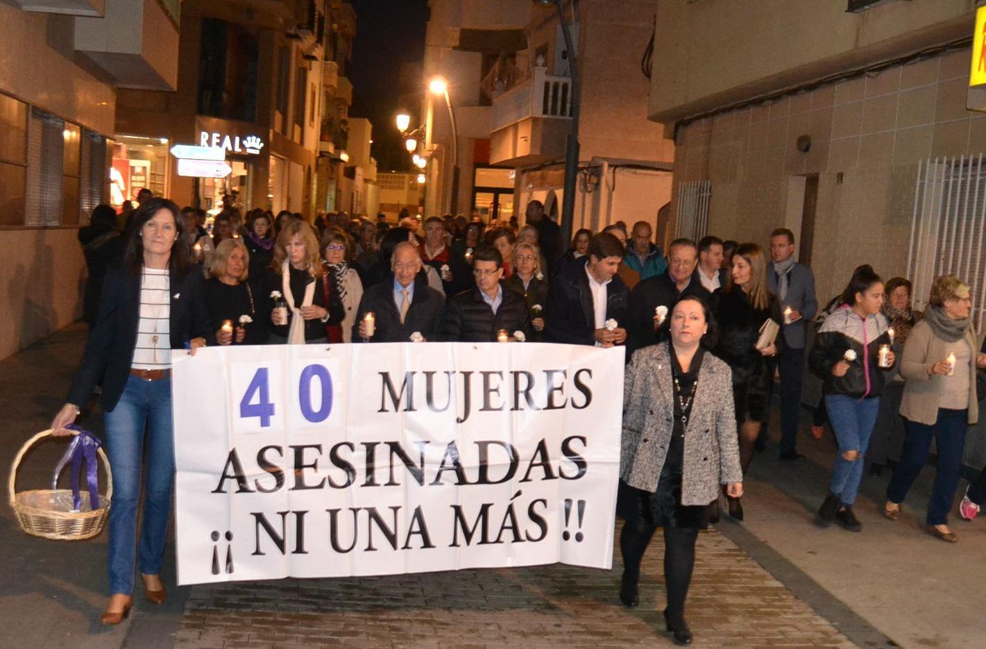 Roquetas se echa a la calle para rechazar la violencia contra la mujer