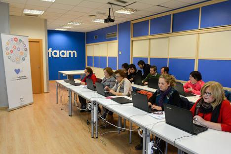 La Junta y la FAAM colaboran para reducir la brecha digital entre las personas con discapacidad