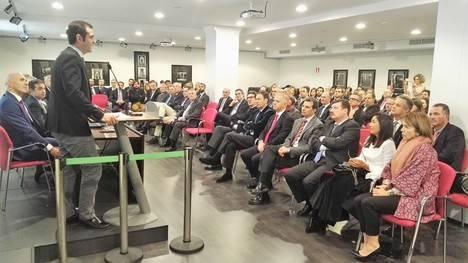 El alcalde clausura el acto con motivo del X aniversario de la firma de abogados Lealtadis