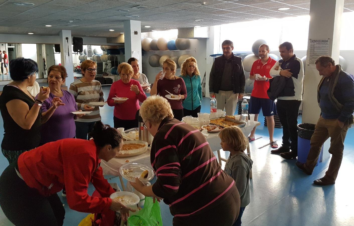 Manuel cort s participa en el desayuno navide o de la for Piscina municipal almeria