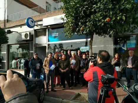 Centella pide la renacionalización de la energía eléctrica ante la planta de Endesa en Almería
