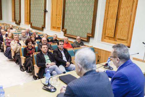 Inocencio Arias presenta en la UNED su libro 'Yo me creí que los diplomáticos eran unos mamones'