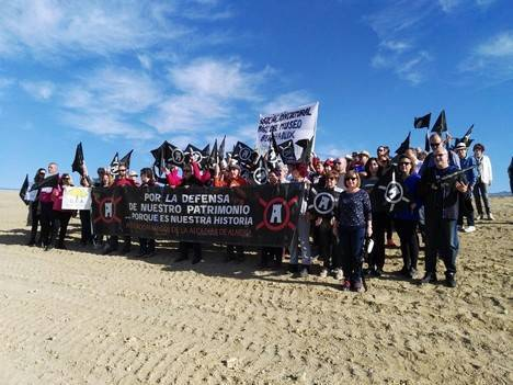 Colectivos ciudadanos se concentran para reivindicar la importancia del Yacimiento de El Chuche