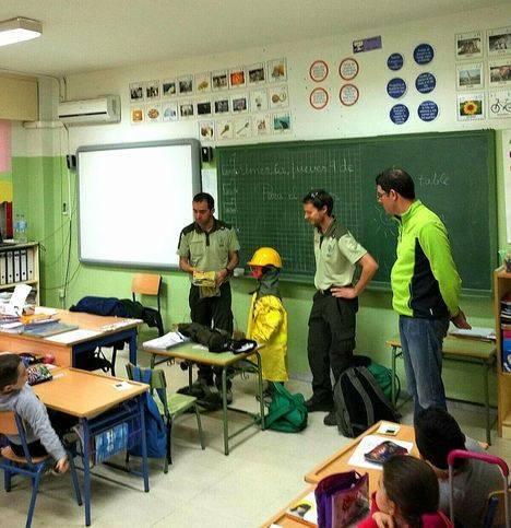 Agentes de Medio Ambiente de la Junta fomentan los valores de respeto a alumnos del colegio Santa Isabel de Almería