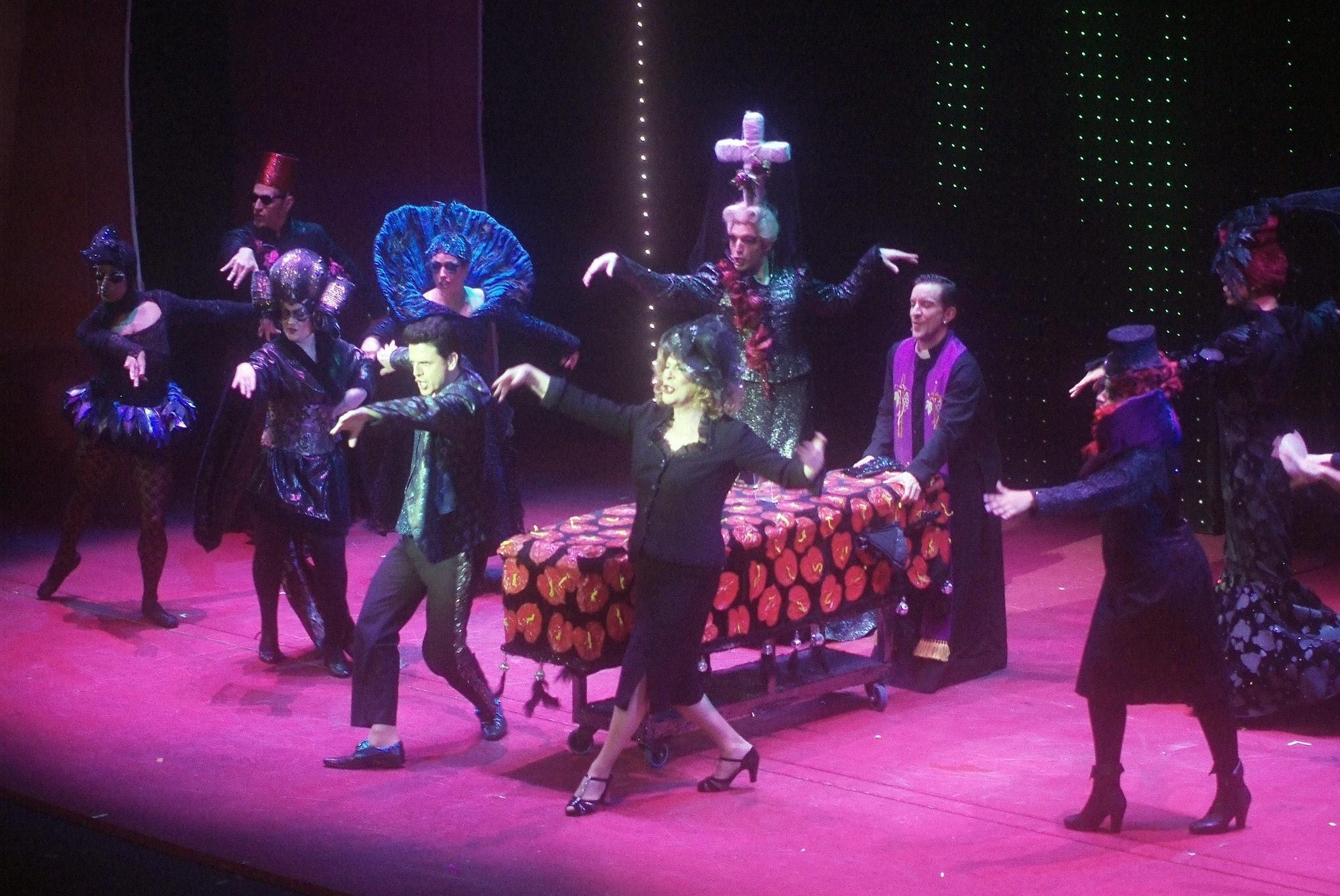 Gran espect culo de color con el musical priscilla reina for Aida piscina reina del desierto