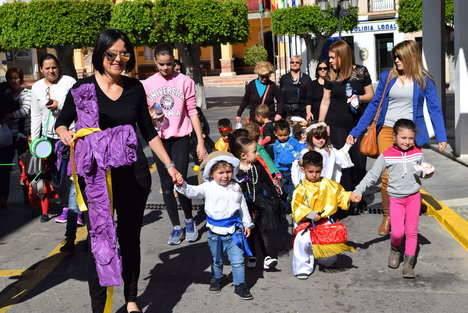 Los niños de la guardería procesionan la Santa Cruz por las calles de Gádor