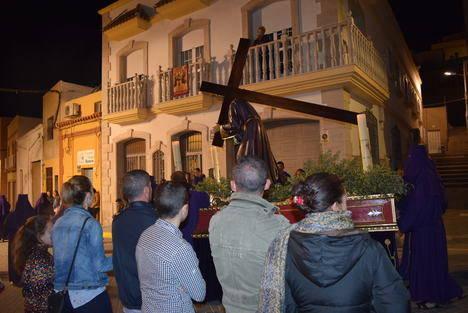 """""""El Nazareno"""" recorre por las calles de Gádor su camino de penitencia hacia el Calvario"""