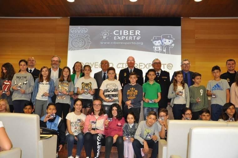 Más de 100 alumnos de primaria de Almería reciben los carnets de Ciberexperto de Policía Nacional