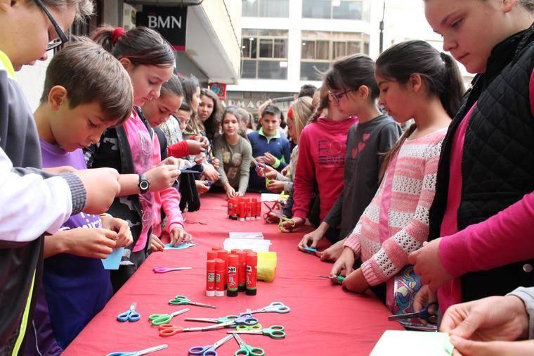 Cientos de escolares participan en la celebración del Día del Libro en Adra