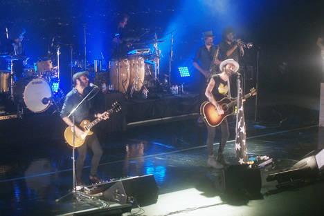Leiva ofrece un concierto vibrante ante un público entregado en Roquetas