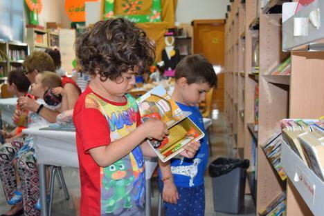 Fiesta de la Cruz en la Biblioteca Municipal de Gádor para fomentar el interés por la lectura
