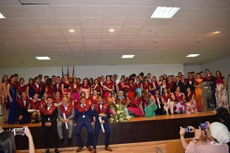 Alumnos del instituto de Campohermoso se despiden con la tradicional puesta de bandas