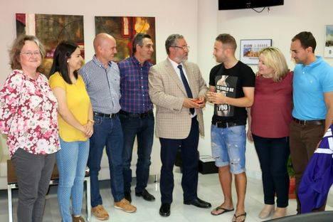 El futbolista Diego Capel recibe el Escudo de Oro de Albox