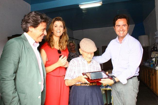 El alcalde de El Ejido felicita a Juan García en su 100 cumpleaños