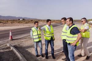 Castellón y Javier A. García visitan las obras de la rotonda que eliminará el cruce entre El Alquián y la carretera de Costacabana