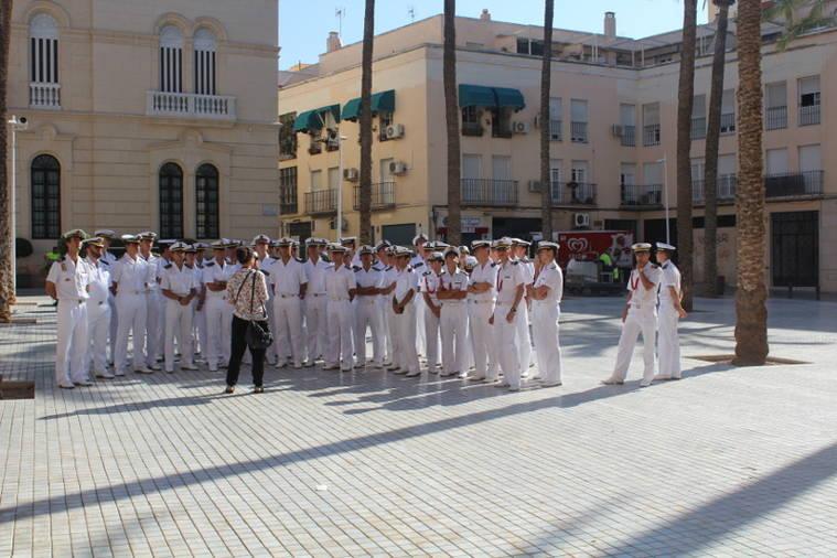 Los Caballeros Guardiamarina de la Armada Española visitan el Casco Histórico de Almería