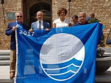 Consejero de Turismo entrega la Bandera Azul al Alcalde de Vera