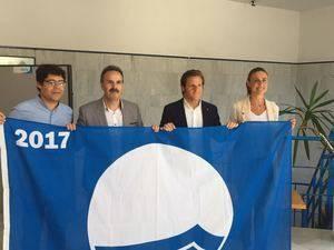 El delegado de Turismo entrega 17 banderas azules del total de 27 concedidas