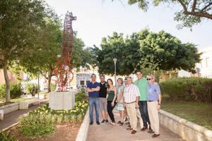 El Alquián luce la escultura de un caballito de mar de tres metros de alto cedida por el vecino Juan Francisco Berenguel Gázquez