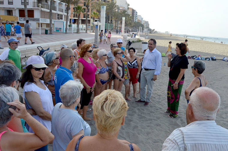 La playa se convierte en el gimnasio de los mayores almerienses con el PMD