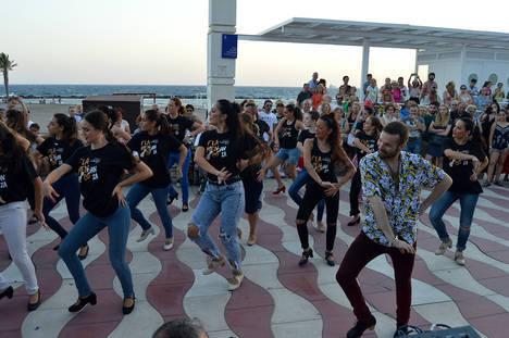 El flashmob coreografiado por el bailaor Jesús Fernández levanta pasiones en el El Palmeral