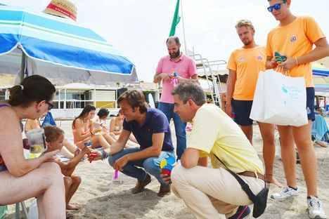Reparto de dos mil ceniceros y pulseras identificativas para niños en Roquetas