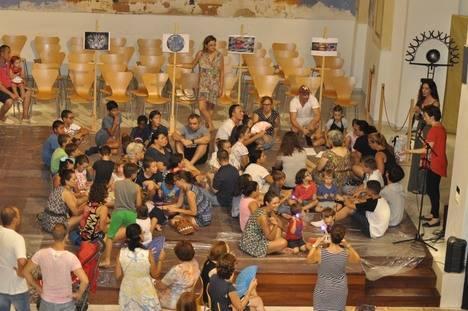 Cerca de una centena de niños participan en un taller de pintura luminiscente en Vera