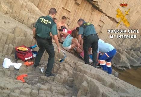 Guardia Civil auxilia a dos personas en una zona abrupta de la costa de Cabo de Gata