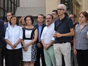 PSOE se suma al acto de repulsa en el Ayuntamiento y apoya el aplazamiento de los actos oficiales por la Feria
