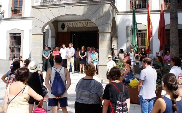 Adra se solidariza con las víctimas de Barcelona y expresa su rechazo al terrorismo