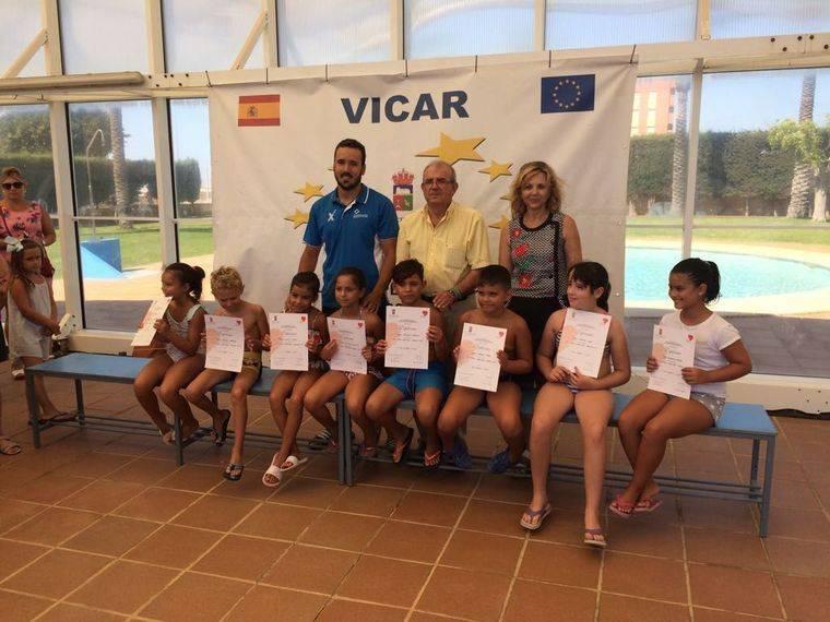 Cerca de 300 niños y mayores han aprendido o perfeccionado sus estilos natatorios en los cursos de verano de la Piscina de Cabañuelas