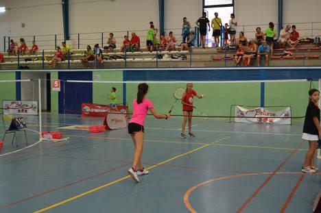 Cerca de un centenar de jugadores participan en el Open de Bádminton de Feria